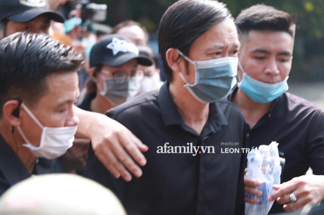 Hoài Linh lặng lẽ xuất hiện làm nhiệm vụ chủ trì tang lễ nghệ sĩ Chí Tài, nhìn khuôn mặt mệt mỏi ai cũng xót xa-1