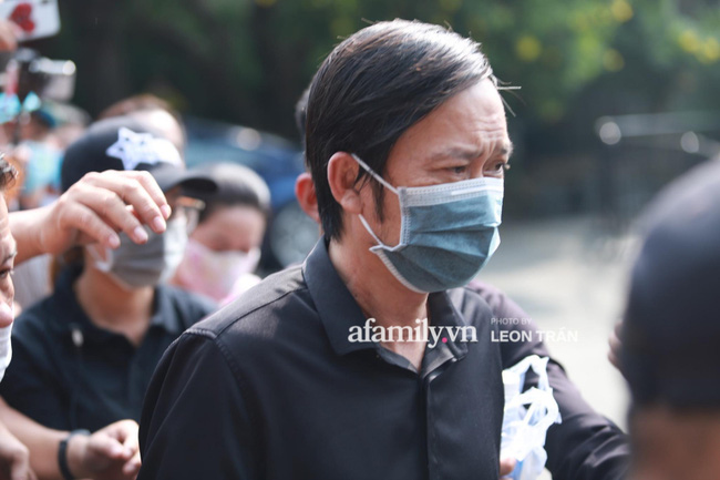 Hoài Linh lặng lẽ xuất hiện làm nhiệm vụ chủ trì tang lễ nghệ sĩ Chí Tài, nhìn khuôn mặt mệt mỏi ai cũng xót xa-2