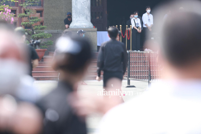 Hoài Linh lặng lẽ xuất hiện làm nhiệm vụ chủ trì tang lễ nghệ sĩ Chí Tài, nhìn khuôn mặt mệt mỏi ai cũng xót xa-5
