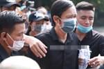 Dàn sao Việt đến tang lễ đưa tiễn NS Chí Tài: NS Hoài Linh - Tấn Beo suy sụp sau 3 ngày, vợ chồng Trường Giang lặng lẽ một góc-13