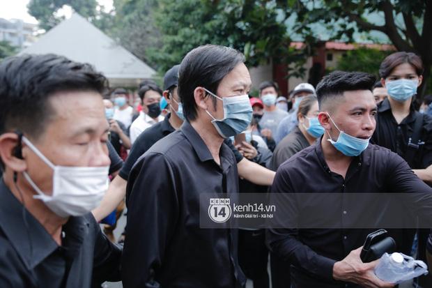 Dàn sao Việt đến tang lễ đưa tiễn NS Chí Tài: NS Hoài Linh - Tấn Beo suy sụp sau 3 ngày, vợ chồng Trường Giang lặng lẽ một góc-1