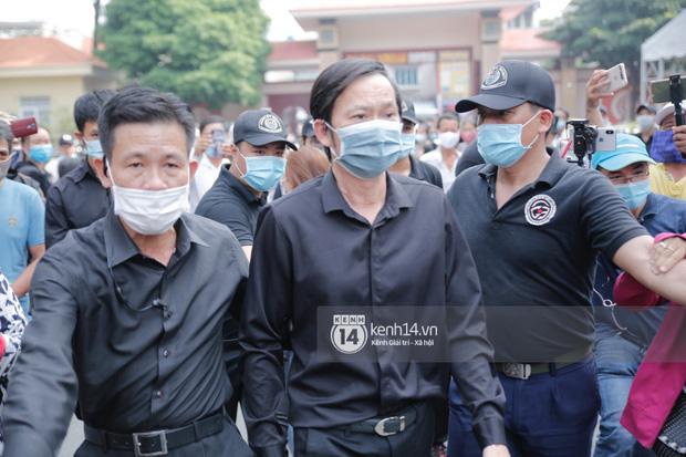 Dàn sao Việt đến tang lễ đưa tiễn NS Chí Tài: NS Hoài Linh - Tấn Beo suy sụp sau 3 ngày, vợ chồng Trường Giang lặng lẽ một góc-2