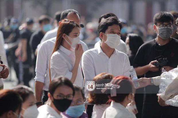 Dàn sao Việt đến tang lễ đưa tiễn NS Chí Tài: NS Hoài Linh - Tấn Beo suy sụp sau 3 ngày, vợ chồng Trường Giang lặng lẽ một góc-3