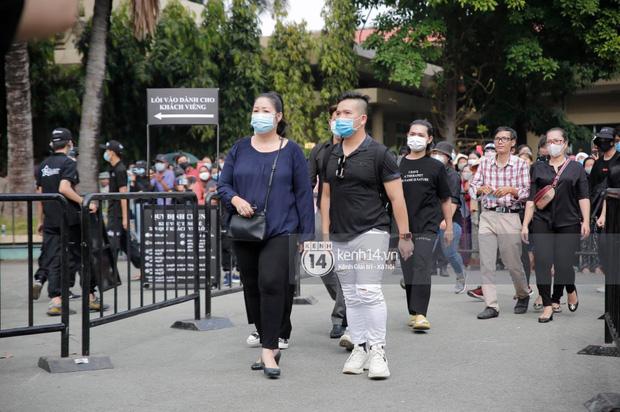 Dàn sao Việt đến tang lễ đưa tiễn NS Chí Tài: NS Hoài Linh - Tấn Beo suy sụp sau 3 ngày, vợ chồng Trường Giang lặng lẽ một góc-10
