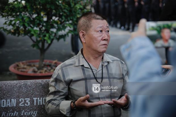 Dàn sao Việt đến tang lễ đưa tiễn NS Chí Tài: NS Hoài Linh - Tấn Beo suy sụp sau 3 ngày, vợ chồng Trường Giang lặng lẽ một góc-12