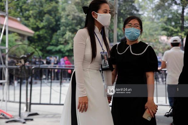 Lễ tang NS Chí Tài tại Việt Nam: Dàn nghệ sĩ nghiêm chỉnh vào lễ viếng, Việt Hương đội khăn tang và hé lộ tình trạng bà xã cố nghệ sĩ ở Mỹ-19