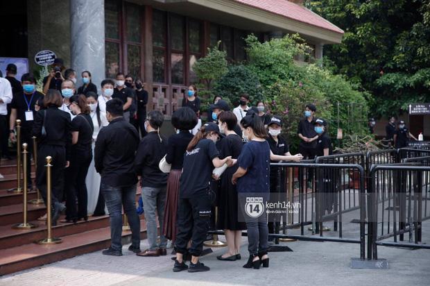 Lễ tang NS Chí Tài tại Việt Nam: Dàn nghệ sĩ nghiêm chỉnh vào lễ viếng, Việt Hương đội khăn tang và hé lộ tình trạng bà xã cố nghệ sĩ ở Mỹ-23