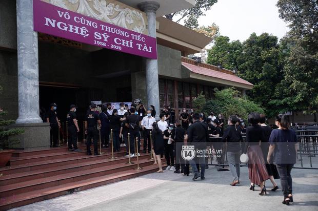 Lễ tang NS Chí Tài tại Việt Nam: Dàn nghệ sĩ nghiêm chỉnh vào lễ viếng, Việt Hương đội khăn tang và hé lộ tình trạng bà xã cố nghệ sĩ ở Mỹ-24