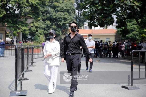 Lễ tang NS Chí Tài tại Việt Nam: Dàn nghệ sĩ nghiêm chỉnh vào lễ viếng, Việt Hương đội khăn tang và hé lộ tình trạng bà xã cố nghệ sĩ ở Mỹ-8