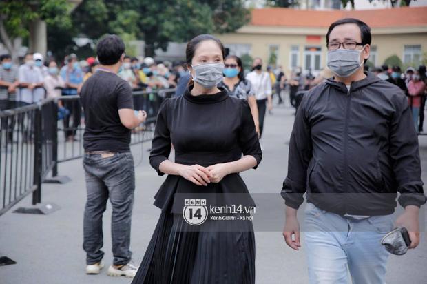 Lễ tang NS Chí Tài tại Việt Nam: Dàn nghệ sĩ nghiêm chỉnh vào lễ viếng, Việt Hương đội khăn tang và hé lộ tình trạng bà xã cố nghệ sĩ ở Mỹ-1
