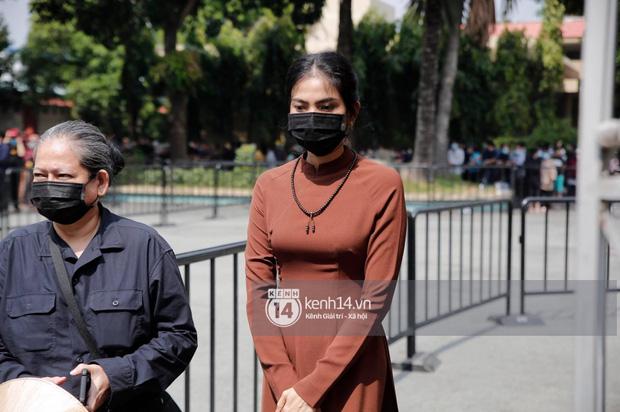 Lễ tang NS Chí Tài tại Việt Nam: Dàn nghệ sĩ nghiêm chỉnh vào lễ viếng, Việt Hương đội khăn tang và hé lộ tình trạng bà xã cố nghệ sĩ ở Mỹ-2