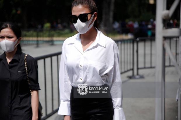 Lễ tang NS Chí Tài tại Việt Nam: Dàn nghệ sĩ nghiêm chỉnh vào lễ viếng, Việt Hương đội khăn tang và hé lộ tình trạng bà xã cố nghệ sĩ ở Mỹ-3