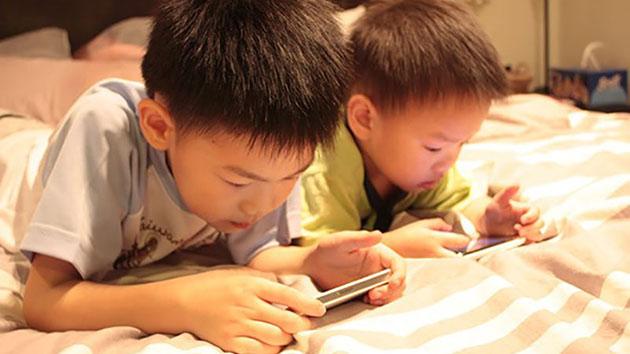 Tác hại khủng khiếp như thế nào khi trẻ nghịch điện thoại từ nhỏ?-1
