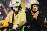 NS Hoài Linh - Việt Hương vừa khóc vừa chắp tay vái lạy, cảm ơn người dân suốt chặng đường tiễn đưa NS Chí Tài ra sân bay về Mỹ-4