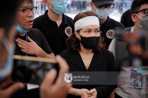 NS Hoài Linh - Việt Hương vừa khóc vừa chắp tay vái lạy, cảm ơn người dân suốt chặng đường tiễn đưa NS Chí Tài ra sân bay về Mỹ-2