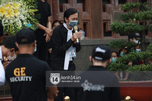 NS Hoài Linh - Việt Hương vừa khóc vừa chắp tay vái lạy, cảm ơn người dân suốt chặng đường tiễn đưa NS Chí Tài ra sân bay về Mỹ-3