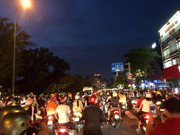 Sài Gòn nay sao thật lạ: Hàng nghìn người theo sau tiễn NS Chí Tài một đoạn, không tiếng còi xe và lặng lẽ nhường đường-1