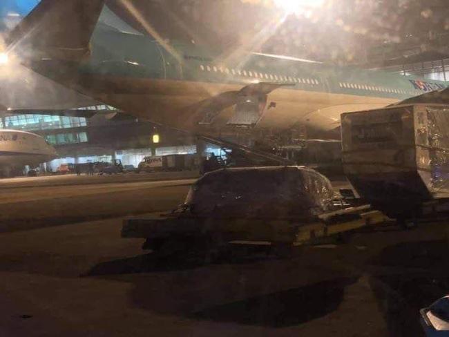 Nhói lòng trước hình ảnh linh cữu cố nghệ sĩ Chí Tài nằm lặng lẽ trong đêm khuya tại sân bay Tân Sơn Nhất-2