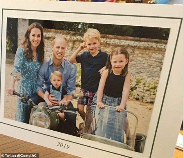 Rò rỉ ảnh mừng Giáng sinh của nhà Công nương Kate, Hoàng tử út Louis chiếm spotlight với nụ cười tỏa nắng gây sốt-3