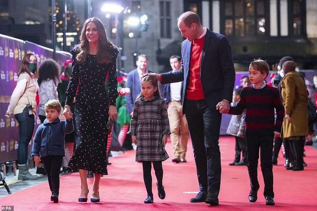 Rò rỉ ảnh mừng Giáng sinh của nhà Công nương Kate, Hoàng tử út Louis chiếm spotlight với nụ cười tỏa nắng gây sốt-2