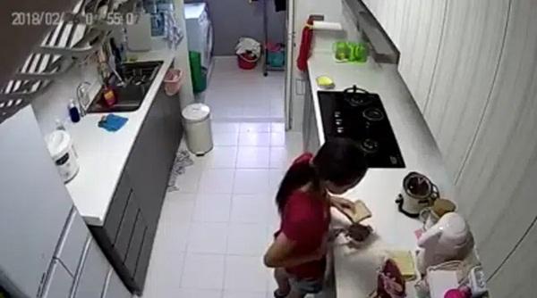 Đang chuẩn bị bữa sáng, nữ giúp việc cầm lát bánh mỳ đứng ra góc khuất và hành động tiếp theo khiến chủ nhà rùng mình chẳng dám ăn gì nữa-1