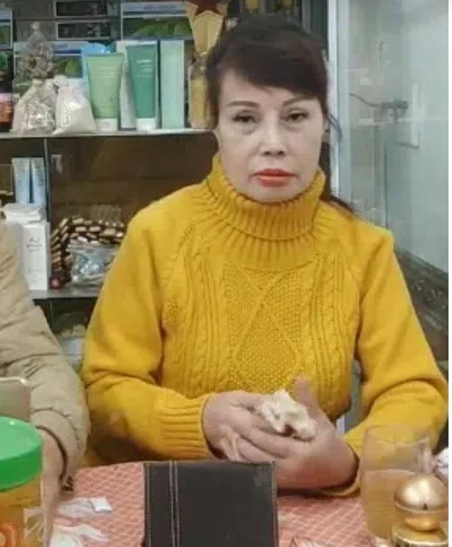 Cô dâu 63 tuổi tiếp tục xuất hiện trong livestream với khuôn mặt méo lệch, nhăn nhó sau đại phẫu căng da mặt hàng chục triệu khiến dân mạng hốt hoảng-5