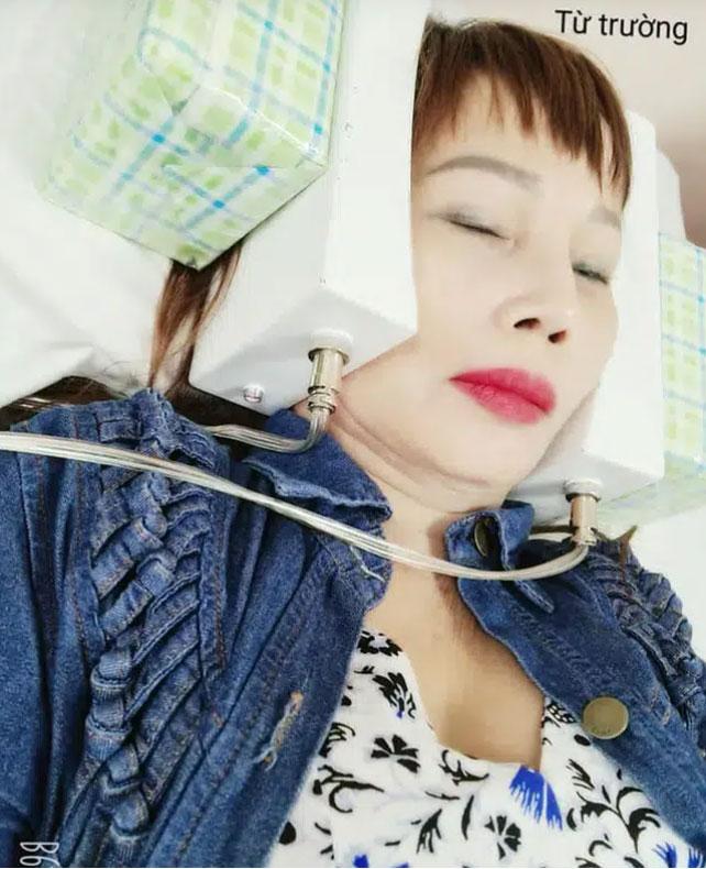 Cô dâu 63 tuổi tiếp tục xuất hiện trong livestream với khuôn mặt méo lệch, nhăn nhó sau đại phẫu căng da mặt hàng chục triệu khiến dân mạng hốt hoảng-3