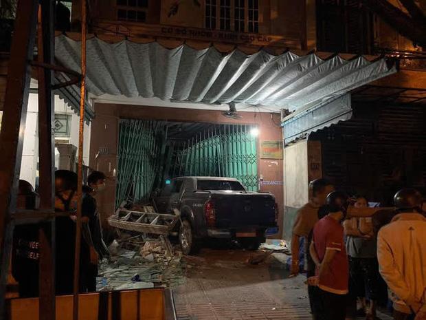 Clip: Tài xế say rượu lái ô tô điên đâm sập cửa, lao thẳng vào nhà dân giữa đêm khuya-5