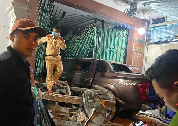 Clip: Tài xế say rượu lái ô tô điên đâm sập cửa, lao thẳng vào nhà dân giữa đêm khuya-6