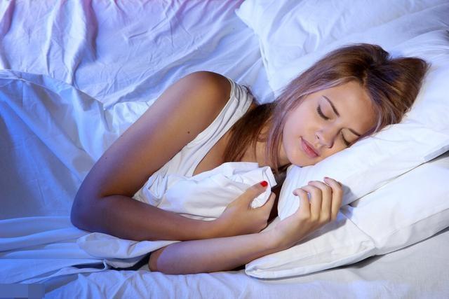 Dù giường có to cỡ nào cũng cố gắng đừng để 4 thứ này ở đầu giường, nhất là vật số 2-1