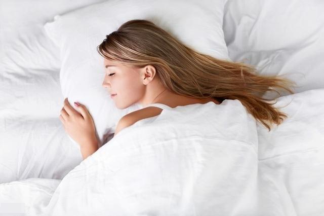 Dù giường có to cỡ nào cũng cố gắng đừng để 4 thứ này ở đầu giường, nhất là vật số 2-5