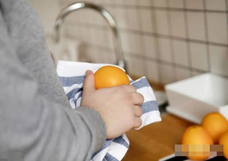 7 thói quen tưởng chừng rất sạch sẽnhưng lại tiềm ẩn nguy cơ gây hại cho sức khỏe, dùng lồng bàn đậy thức ăn và gấp chăn bông ngay sau khi vừa thức dậy lọt top-4