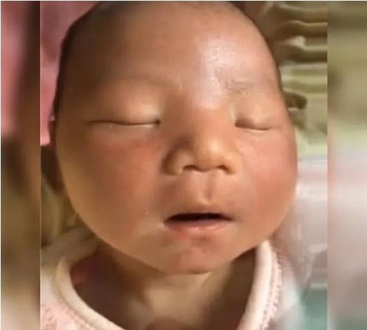 Em bé sinh ra mặt thâm tím, đen nhẻm khiến mẹ thất vọng tràn trề nhưng mấy tháng sau đã có cú lột xác ngoạn mục-2