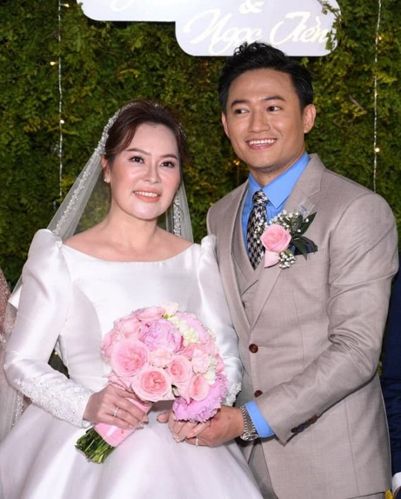 Biệt thự triệu đô sang xịn, ngập tràn hoa của diễn viên Quý Bình và bà xã doanh nhân-1