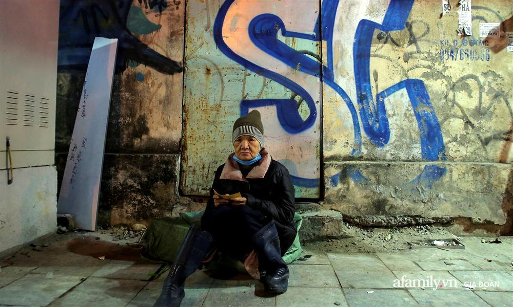 Phận đời vô gia cư đằm mình trong cái lạnh thấu xương đêm Hà Nội: Người ta có nhà để về, có con cháu quây quần, tôi mấy chục năm lang thang ngoài đường rồi cũng quen-1