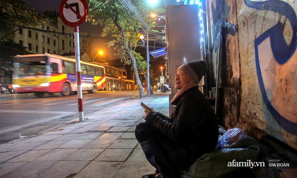 Phận đời vô gia cư đằm mình trong cái lạnh thấu xương đêm Hà Nội: Người ta có nhà để về, có con cháu quây quần, tôi mấy chục năm lang thang ngoài đường rồi cũng quen-2