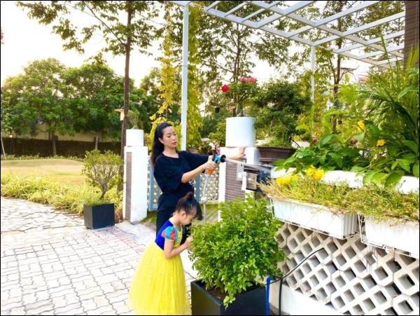 NSƯT Trịnh Kim Chi phụ chồng đại gia làm vườn, hé lộ vườn lan đắt giá trong biệt thự rộng 200m2-10