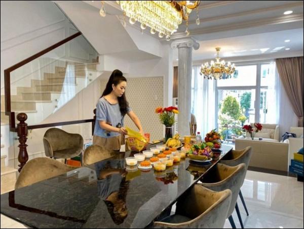 NSƯT Trịnh Kim Chi phụ chồng đại gia làm vườn, hé lộ vườn lan đắt giá trong biệt thự rộng 200m2-13