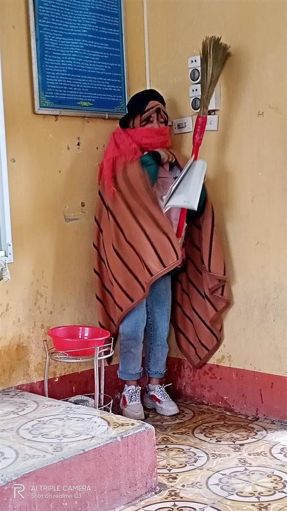 Nghiêm khắc cỡ mấy cũng phải chịu thua gió đông: Thầy giáo mượn chăn của học trò, vừa trùm kín người vừa giảng bài-2