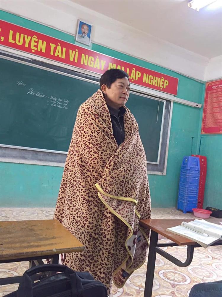 Nghiêm khắc cỡ mấy cũng phải chịu thua gió đông: Thầy giáo mượn chăn của học trò, vừa trùm kín người vừa giảng bài-1