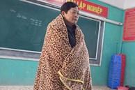 Nghiêm khắc cỡ mấy cũng phải chịu thua gió đông: Thầy giáo mượn chăn của học trò, vừa trùm kín người vừa giảng bài