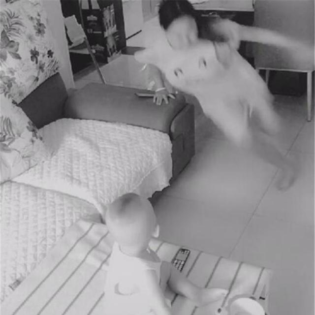 Chồng đi công tác về mà vợ lạnh nhạt đòi ngủ riêng, anh tức giận lắp camare theo dõi thì bật khóc trước cảnh tượng nhìn thấy-2