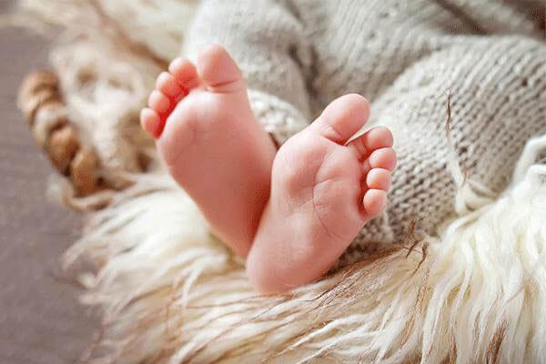 Mẹ đắp chăn kín quá khiến con tím tái toàn thân, chuyên gia chỉ rõ rủi ro dễ khiến trẻ đột tử-1