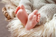 Mẹ đắp chăn kín quá khiến con tím tái toàn thân, chuyên gia chỉ rõ rủi ro dễ khiến trẻ đột tử