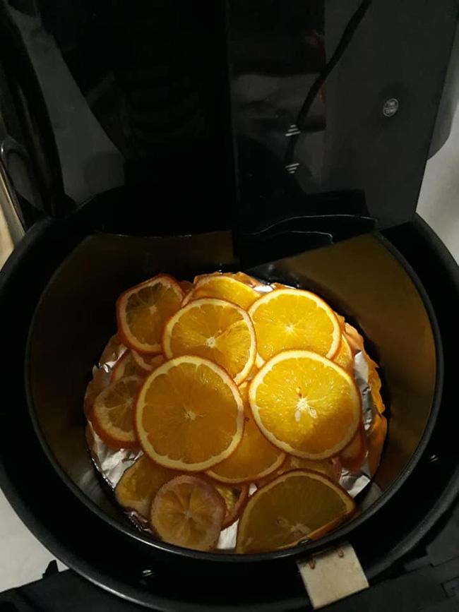 Làm trái cây sấy bằng nồi chiên không dầu siêu tiện, hội chị em dùng làm nước detox, uống trà và lại có thêm đồ decor cây thông Noel-3