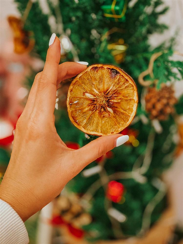 Làm trái cây sấy bằng nồi chiên không dầu siêu tiện, hội chị em dùng làm nước detox, uống trà và lại có thêm đồ decor cây thông Noel-6