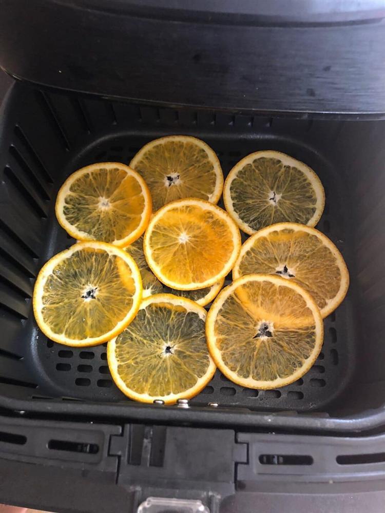 Làm trái cây sấy bằng nồi chiên không dầu siêu tiện, hội chị em dùng làm nước detox, uống trà và lại có thêm đồ decor cây thông Noel-9