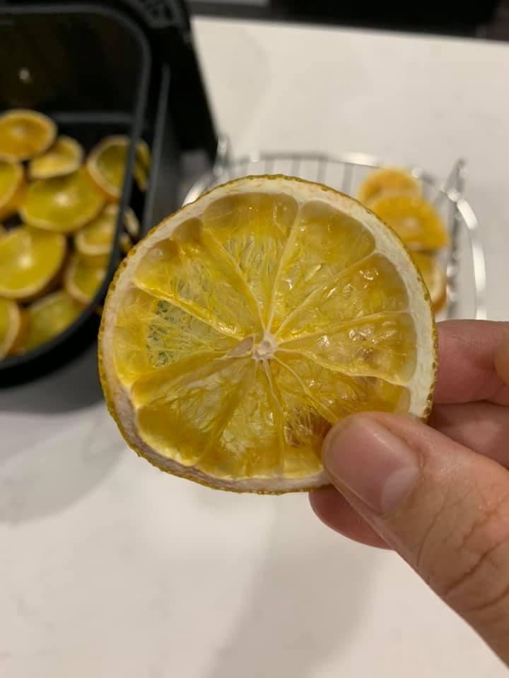 Làm trái cây sấy bằng nồi chiên không dầu siêu tiện, hội chị em dùng làm nước detox, uống trà và lại có thêm đồ decor cây thông Noel-14