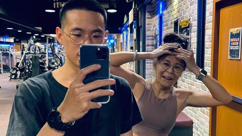 Xôn xao chuyện chàng trai 23 tuổi khoe Sugar mommy 63 tuổi: Sau khi bị ném đá nặng nề, nam chính đã công khai nhan sắc thật của mẹ đường-2