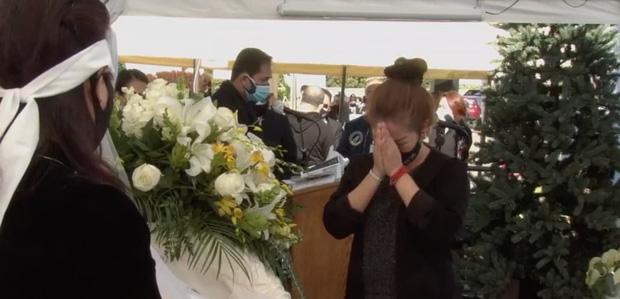 Lễ viếng NS Chí Tài tại Mỹ: Quan tài NS Chí Tài đóng lại vĩnh viễn, bà xã Phương Loan không nỡ rời xa linh cữu-11